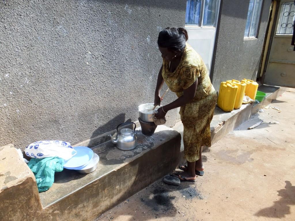 都市の長屋で料理をする女性