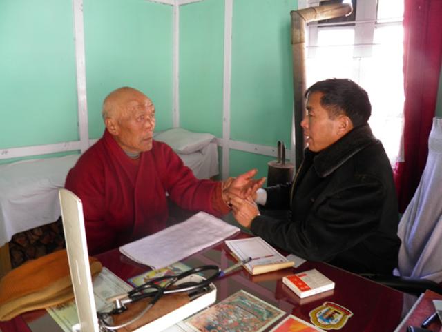 チベット医学の伝統医による診療(2011年撮影)