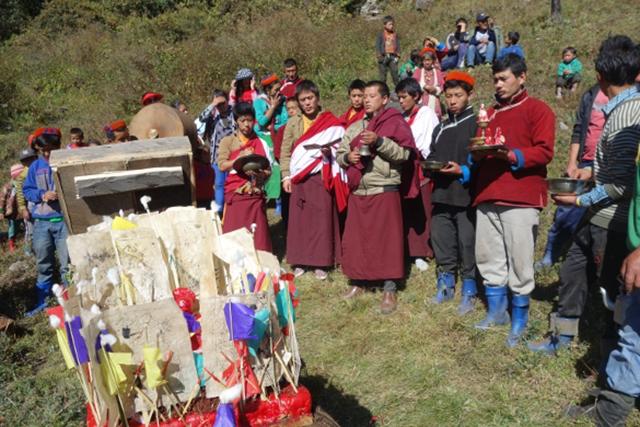 村の僧による厄払いの儀礼(2015年撮影)